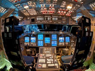 """《太空舱》展示""""奋进""""号、""""亚特兰蒂斯""""号和""""发现""""号航天飞机的驾驶舱"""