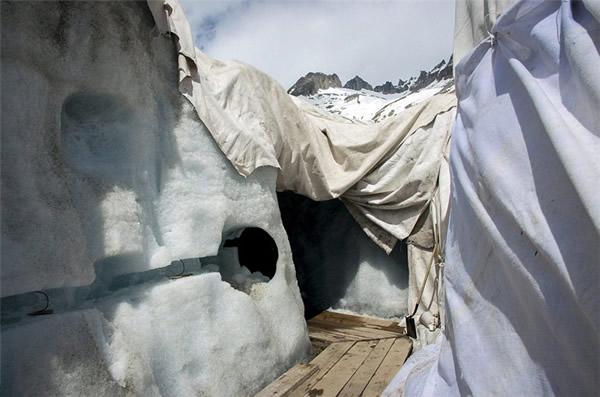 阿尔卑斯山最古老的罗纳河冰川盖毛毯防融化