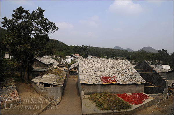 新民乡羊圈村的农舍都是用石头和石板建造的