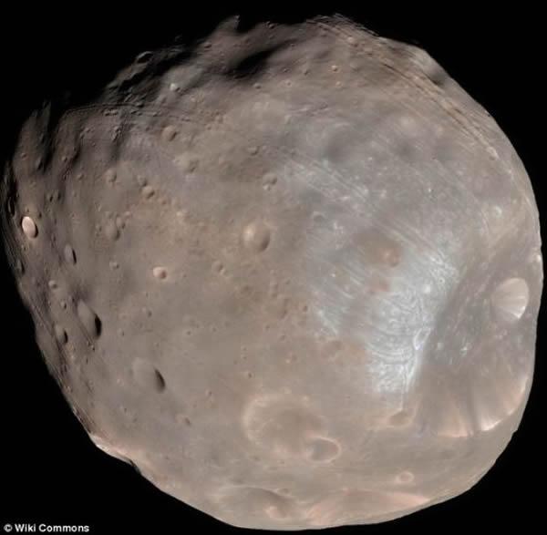 火卫一靓照,直径只有14英里(约合22公里),相比之下,火卫二的个头更小。很多天文学家认为这两颗小卫星实际上是古老的小行星,数百万年前被火星的引力俘获