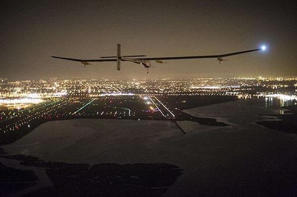"""里程碑瞬间:实验机""""太阳脉冲HB-SIA""""飞机正在接近约翰-肯尼迪机场,这款飞机采用太阳能动力,现已完成飞行穿越美国"""