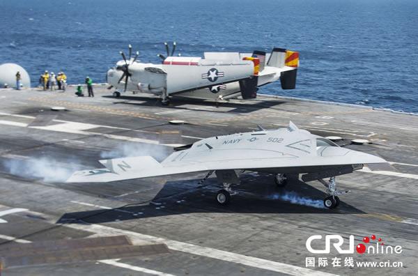 美国X-47B无人机成功降落在乔治布什号航母上