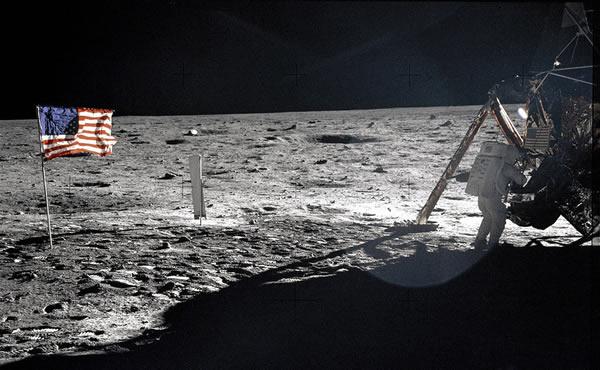 阿波罗登月计划中由哈苏相机进行拍摄,展示了月球表面真实的情景