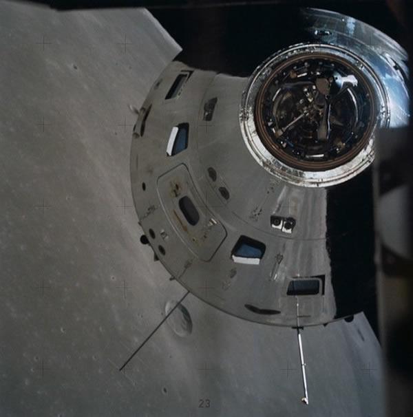 阿波罗17号指令舱对接的画面,由宇航员罗纳德•埃文斯拍摄