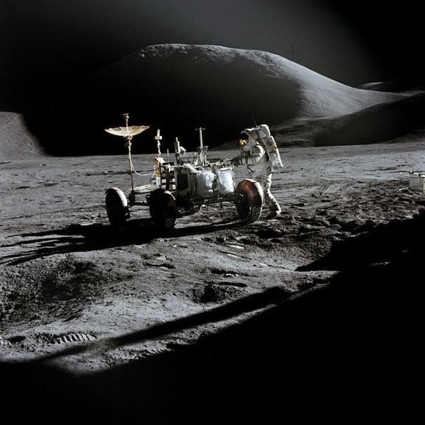 阿波罗15号宇航员詹姆斯•欧文在月球表面工作
