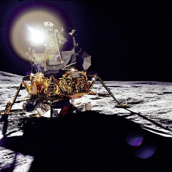 阿波罗14号登月舱在太阳照射下的情景