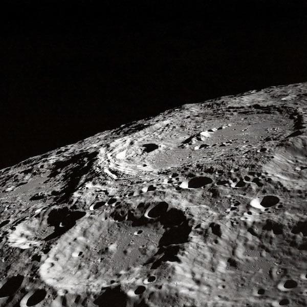 阿波罗10号的宇航员拍摄的月球撞击坑,宇航员正在为11号任务观测着陆地点