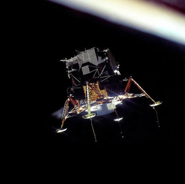 宇航员迈克尔•柯林斯拍摄尼尔•阿姆斯特朗和巴兹•奥尔德林乘坐的登月舱