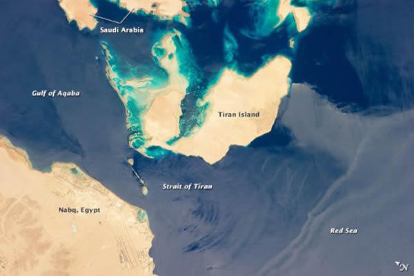 蒂朗海峡位于埃及大陆和蒂朗岛之间,宽6公里,隔开了红海和亚喀巴湾。