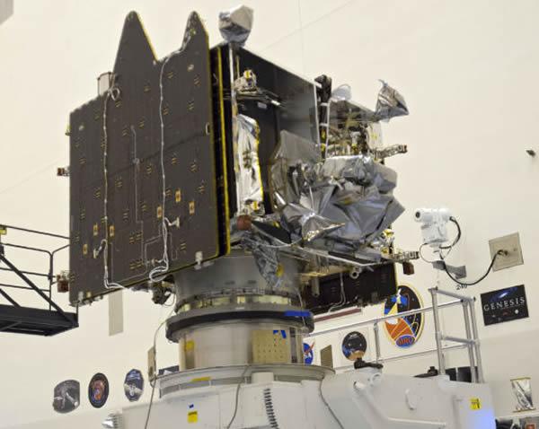 正在肯尼迪航天中心开展各项吊装测试的MAVEN探测器