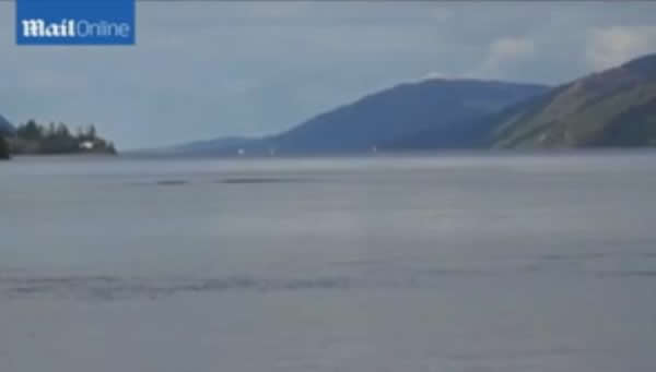 摄影师尼斯湖拍到巨大水痕 再引水怪争论