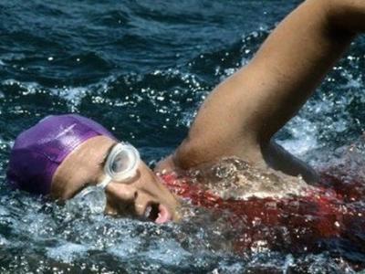 64岁女运动员未借助防鲨网从古巴游到美国创纪录