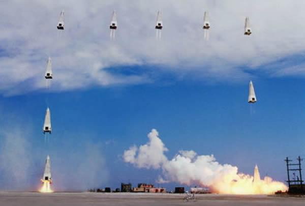 这张照片展示的是美国宇航局DC-X可重复使用火箭原型实验,时间是在1993年