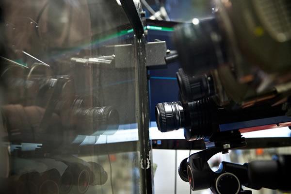 高速摄像机以百万帧每秒的速度记录模拟撞击的细节