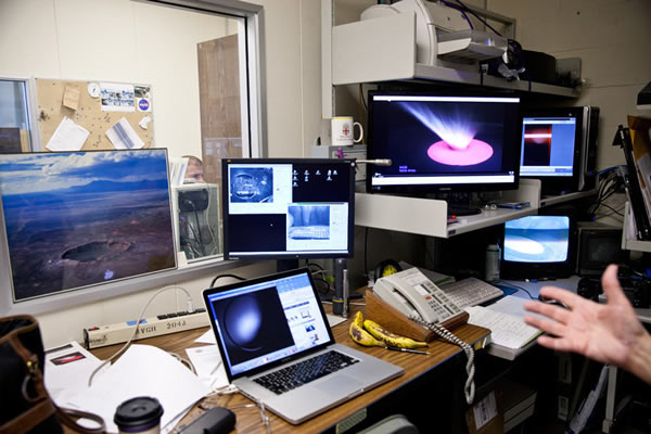 靶场旁边的控制室中摆满了用于监测和记录撞击的计算机设备