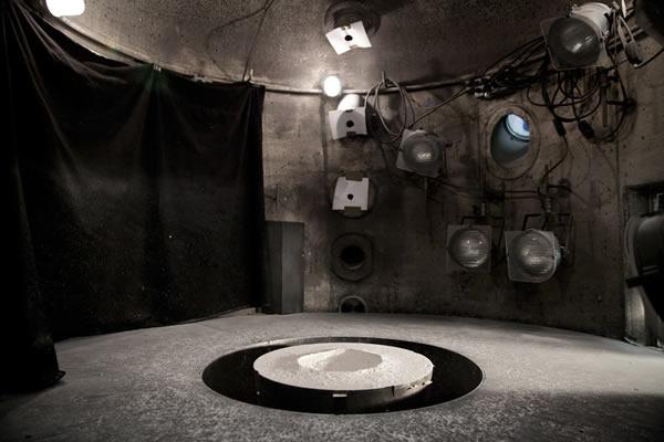 """压力室内的白云石粉尘中新形成的""""陨石坑"""""""