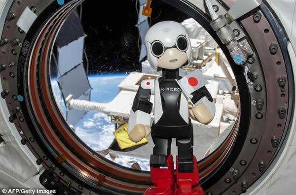 """日本""""Kirobo""""机器人在国际空间站向地球人问好"""