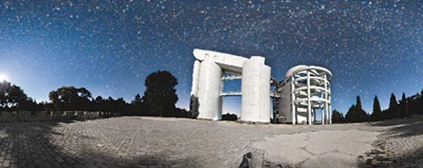 9月4日夜,郭守敬望远镜在灿烂的星空下。