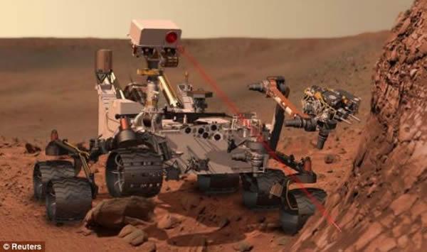 """在每个火星日的开始,美国宇航局需要向""""好奇""""号传输工作议程方面的信息。由于与火星相距遥远,导致双方之间的通讯出现长时间延迟。即使以光速传输,从地球发出的指令也需"""