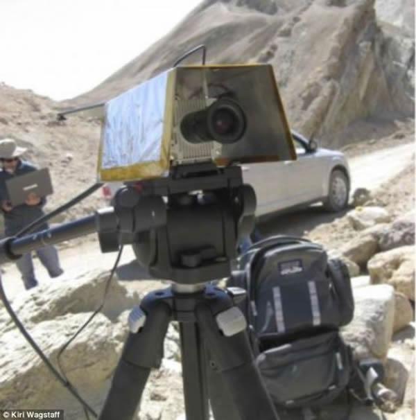 美国科学家研制的智能照相机TextureCam,装有两个镜头,能够拍摄3D照片。此外,它还装有一个特殊的处理器,独立于机器人的主电脑,负责分析照片。通过分析照片