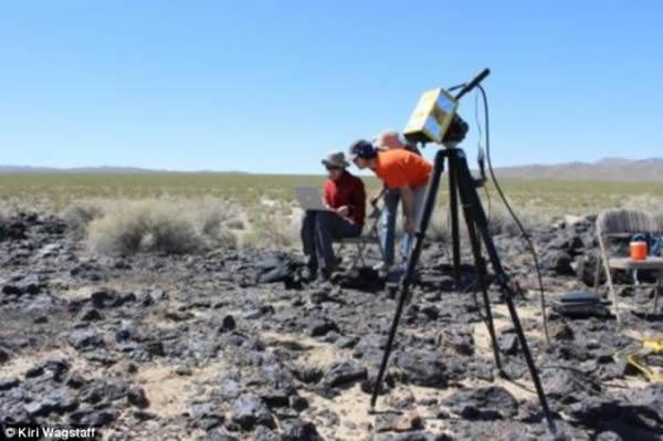加利福尼亚州南部的莫哈韦沙漠,TextureCam正在拍照。这款智能照相机可能在将来的某一天登上火星或者其他遥远星球,负责对岩石进行拍照和分析