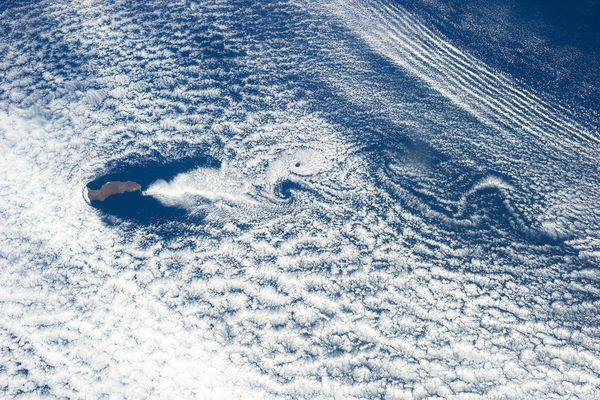 云层在太平洋瓜达卢普岛周围形成了复杂的旋涡和波痕