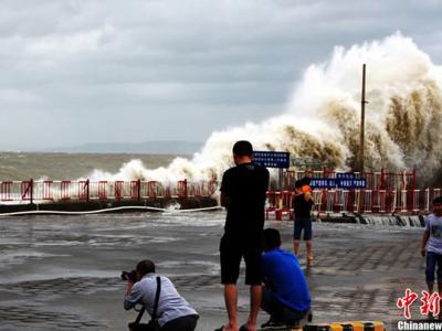 """""""天兔""""在广东沿海牵起滔天巨浪"""
