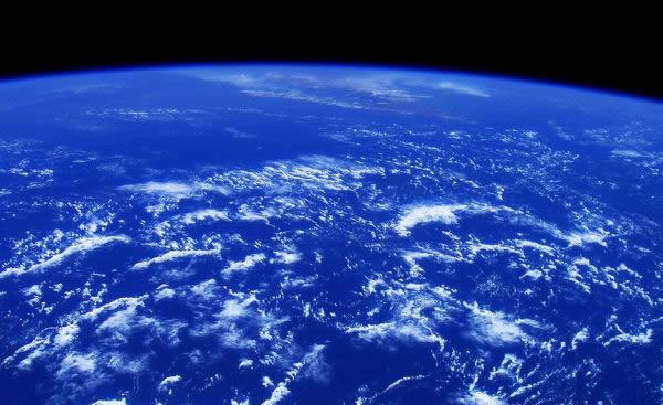 这是2003年10月杨利伟乘坐神舟五号载人飞船绕地球飞行期间拍摄的地球的资料照片
