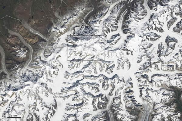 麦金利山位于阿拉斯加山脉中心地带,主要由花岗岩组成,它的山坡上有一些冰川滑向周围山谷,包括 Ruth冰川、Kahiltna冰川和Peter冰川