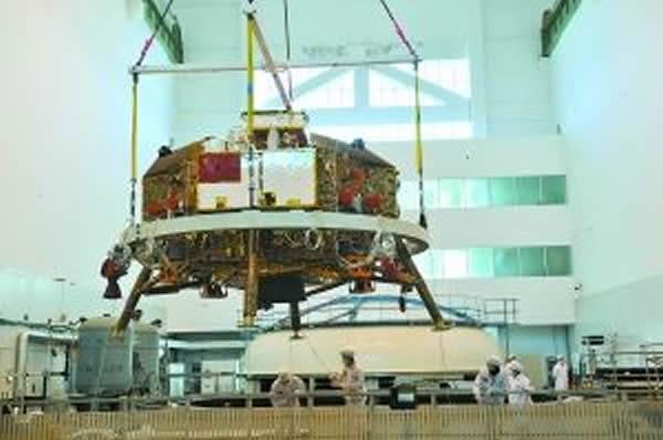 """""""嫦娥""""3号进行登月前最后一项大型系统试验——热真空试验的情景"""