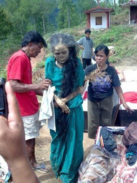 印尼趕尸,據說可讓死者走回自己家中才倒下!