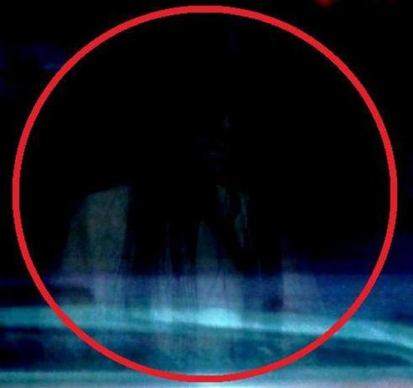 长发/相片中隐约可看到的异像类似是一名长发的白衣女子
