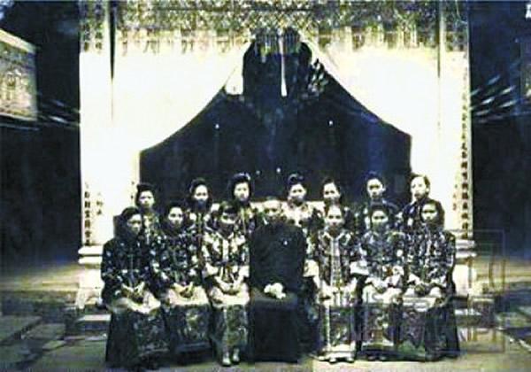 老照片:中年男子和他的一妻十二妾