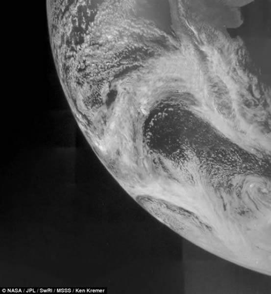"""在9日飞跃地球之后,美国宇航局的""""朱诺""""号探测器传回了这幅地球照片,展现人类家园的壮观景象。这幅照片是""""朱诺""""号环绕地球机动过程中拍摄的。""""朱诺""""号将地球的引力"""