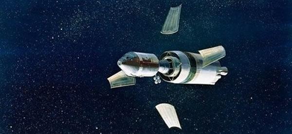 如图所示,当飞船进入地月转移轨道后,保护登月舱的四个面板将脱离,奥尔德林看到的是丢弃面板所反射的光线,而非神秘的UFO