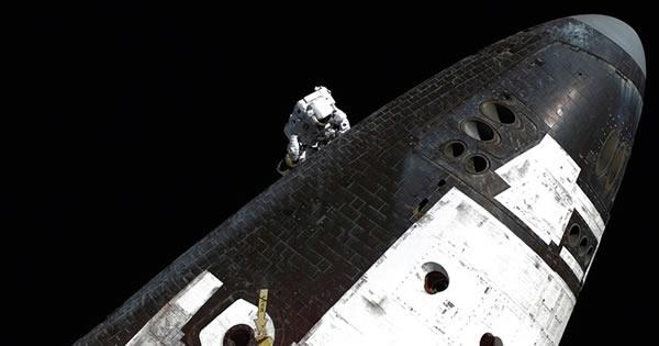 """2005年8月,宇航员斯蒂芬•罗宾逊检查""""发现""""号航天飞机的热防护系统。"""