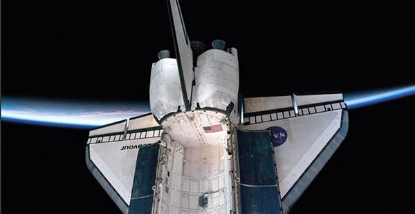 2010年2月拍摄的奋进号航天飞机,其背后可看到清晰的地平线,航天飞机的有效载荷舱门已经被打开。