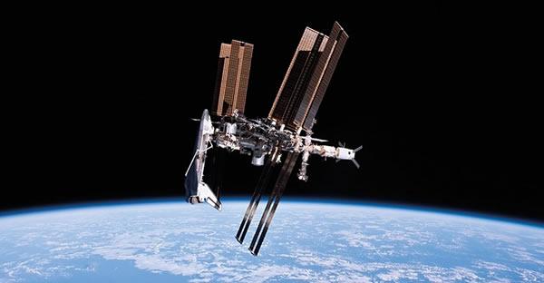 这是一张经典的轨道大合影,执行该任务的是奋进号航天飞机,这也是2011年其执行的最后一次任务,照片由俄罗斯联盟号飞船中的宇航员、27远征机组成员保罗•