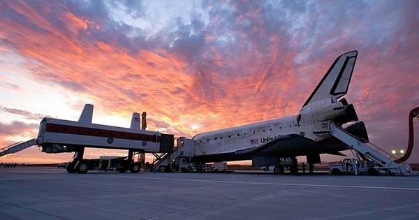 """太阳落山后的加利福尼亚州爱德华兹空军基地,2009年9月11日,""""发现""""号航天飞机结束14天的国际空间站之旅,自1984年以来,""""发现""""号完成了25年的飞行。"""