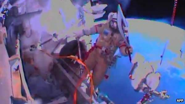 俄罗斯宇航员奥列格·科托夫(Oleg Kotov)携索契冬奥会火炬进行奥运火炬的首次太空行走