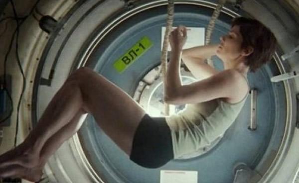 """影星桑德拉布洛克在""""空间站""""中的睡姿"""