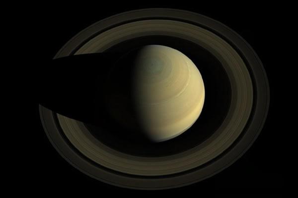 土星极区出现的奇怪的六边形风暴(土星的体积是地球的750倍)
