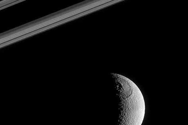 卡西尼飞船拍摄到土卫三奥德修斯陨石坑
