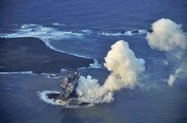 """日本小笠原诸岛附近海域火山喷发形成新""""岛屿"""""""