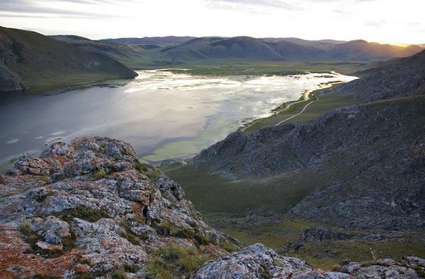 贝加尔湖,2.4万年前人类骨骼化石出土的区域。