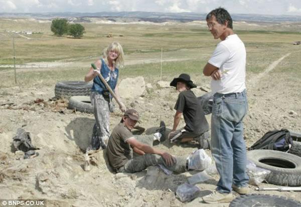 掘这只梁龙的古生物学家小组