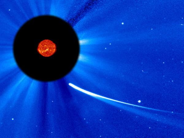 艾森彗星(ISON)在克日進程外構成一條長長的彗尾。