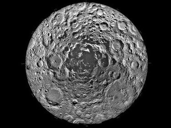 月球南极被认为最有可能存在水,所以作为嫦娥三号的备份星的嫦娥四号可以考虑进行探测。