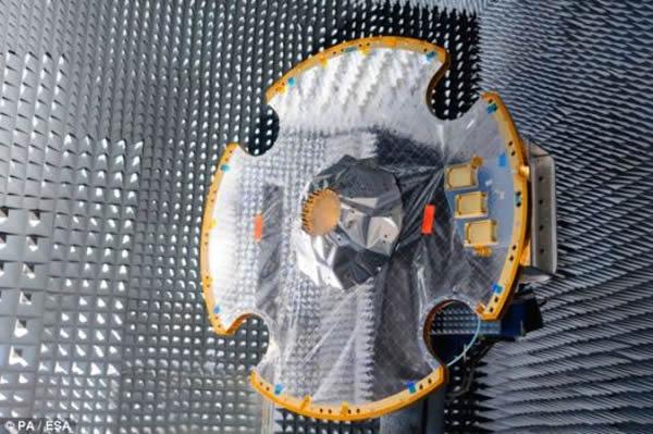 """法属圭亚那的欧洲太空港,摆放在测试室的""""盖亚""""号探测器的天线。按照计划,""""盖亚""""号将于12月19日在法属圭亚那的欧洲太空港搭乘俄罗斯的""""联盟""""号火箭发射升空"""