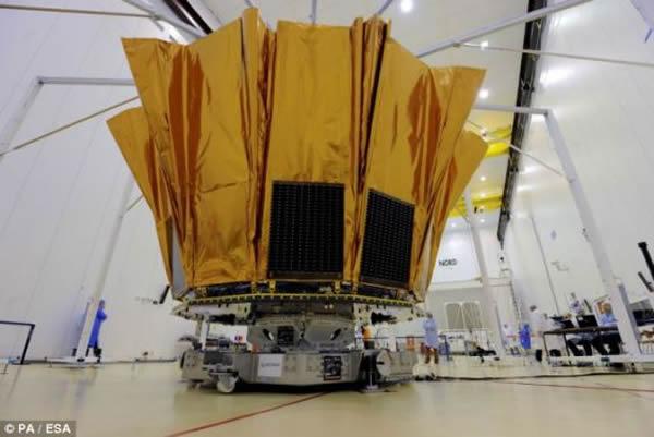 """在缓慢旋转过程中,""""盖亚""""号的两架望远镜将对整个夜空进行扫描。""""盖亚""""号将成为迄今为止送入太空的体积最大的数码相机。这项任务获取的数据足以装满3万多个CD RO"""